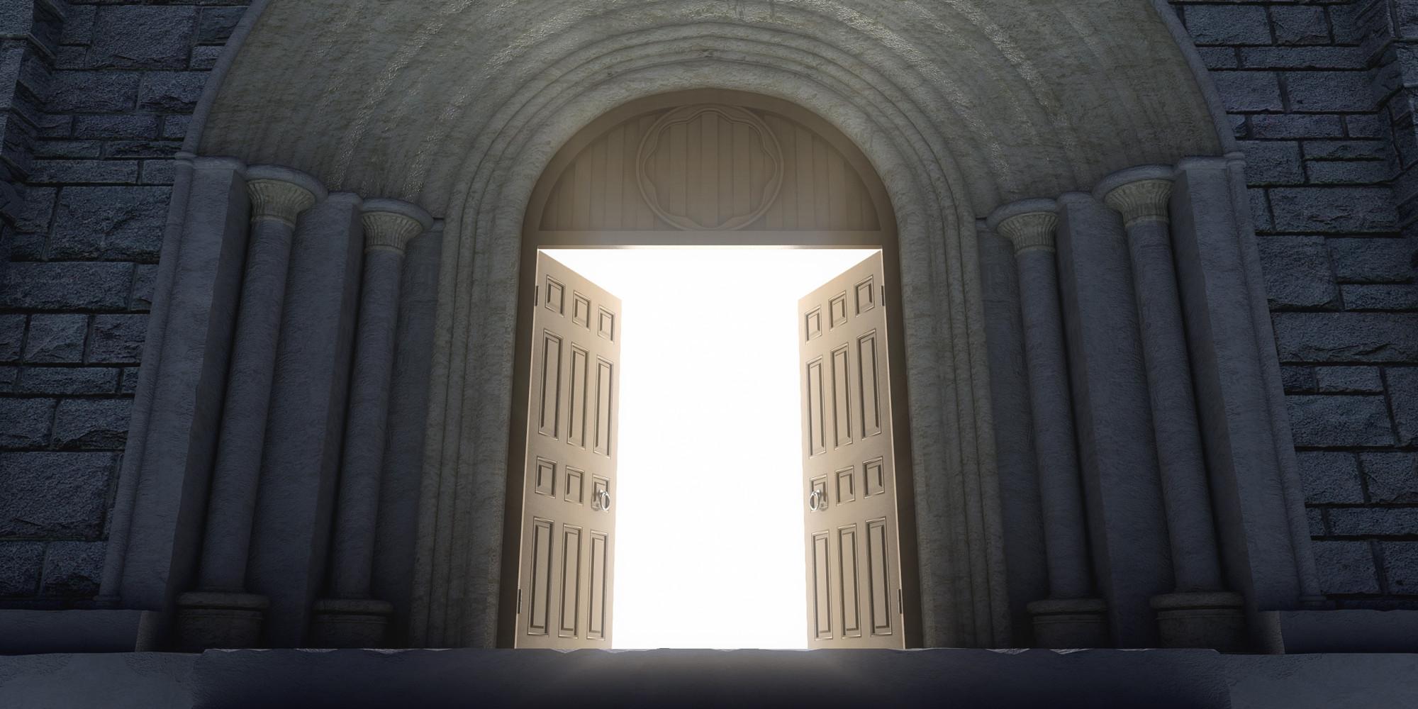 portes de l'église ouvertes pour entrer et sortir